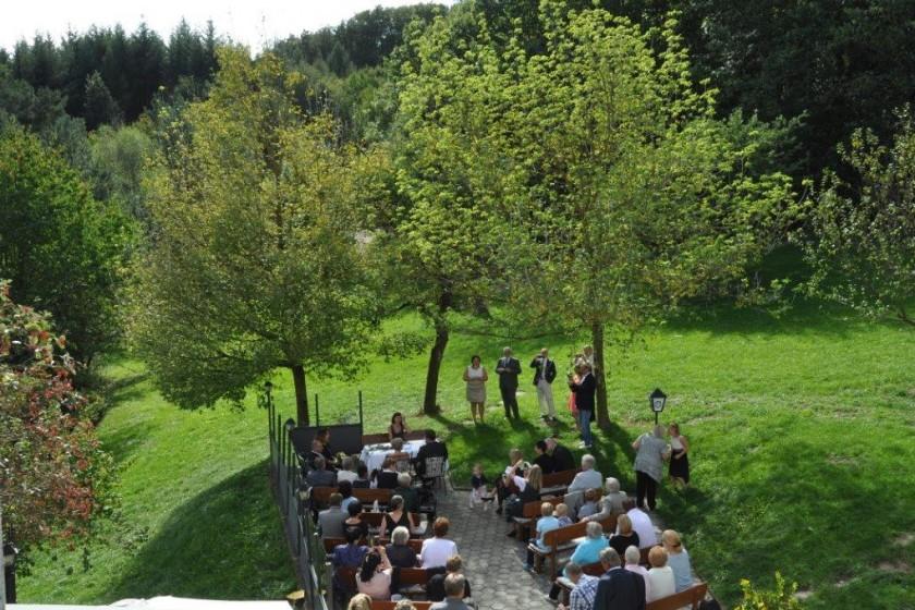 Hochzeitsgäste im Grünen