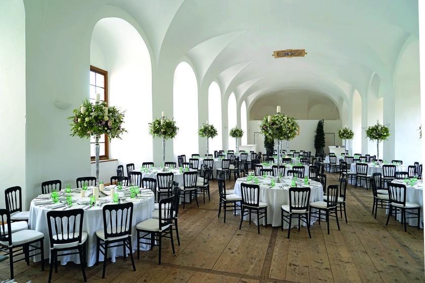 Festsaal mit runden Tischen