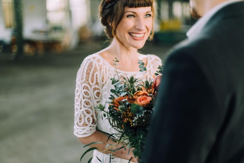 8_paar HochzeitsinspirationHeidHalleIndustrial-131