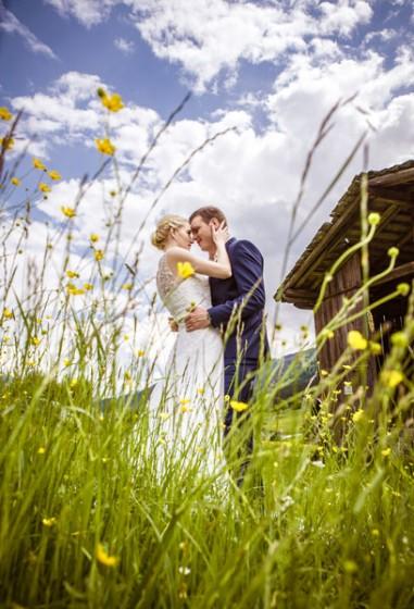 1-Hochzeitsfoto-Blumenwiese