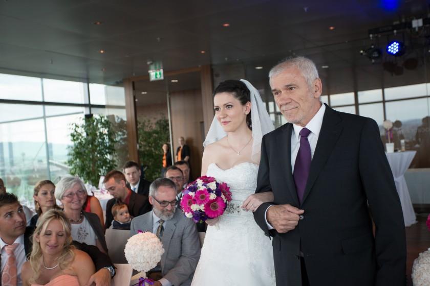 Braut Katja mit Papa auf Wolke 21