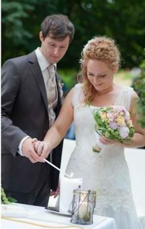 Brautpaar beim Entzünden seiner Hochzeitskerze