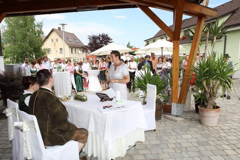 Freie-Trauung-als-Dorfplatzhochzeit-in-Niederösterreich
