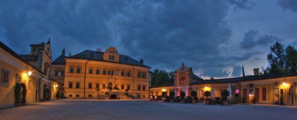 Schlosshof am Abend