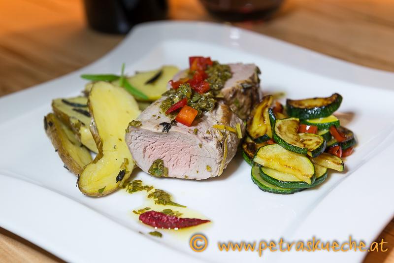 Schweinsfilet mit Gremolata, Rosmarinwedges und Zucchinigemüse