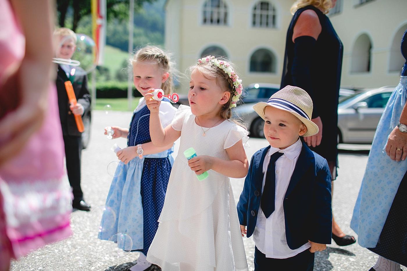 Die Perfekte Stimmung Grosse Und Kleine Gaste In Die Hochzeitsfeier