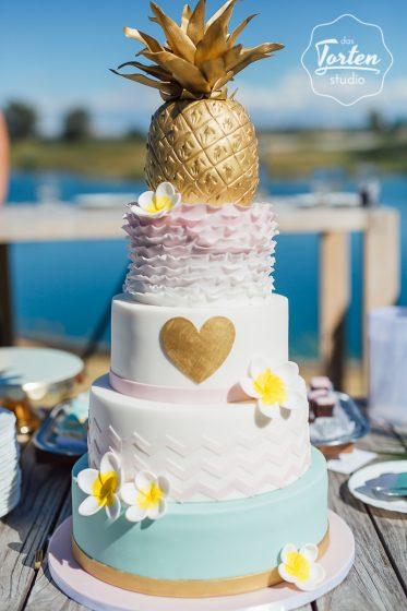 Das_Tortenstudio_Hochzeitstorte_Verena_Schneider_Beachwedding_goldene_Ananas (1 von 2)