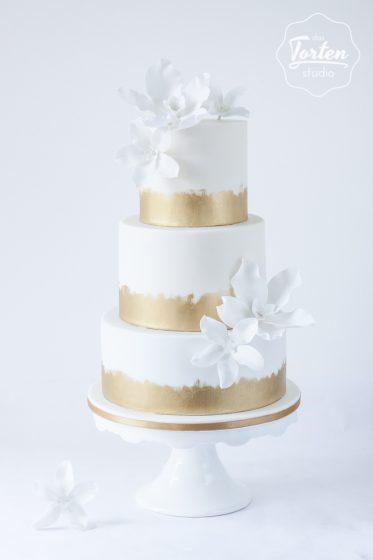 Das_Tortenstudio_Hochzeitstorte_elegant_gold_weiß_Zuckerblumen-4441 - Kopie