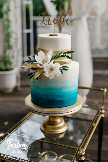Das_Tortenstudio_Hochzeitstorte_türkis_gold_magnolie_handbemalt-543
