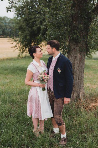 Andrea_Didi_2018_Hochzeit_Tracht_Brautpaar_Garten