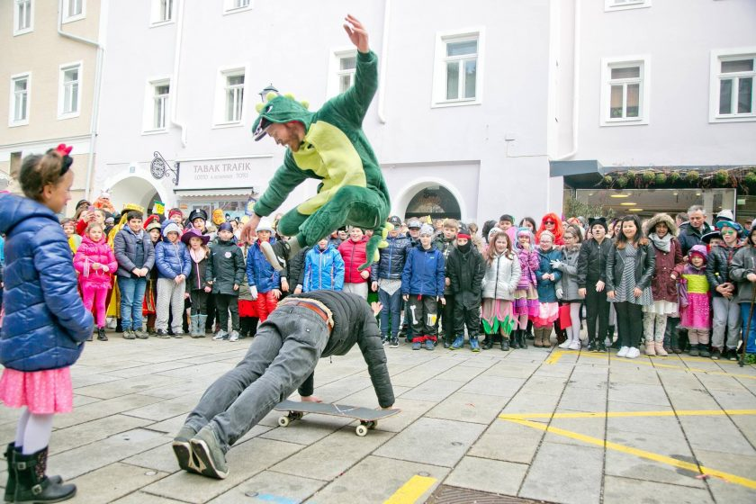 Wildbild_JohnDino_Clevery_Kinderanimation_Fasching_Skateboard_Hallein