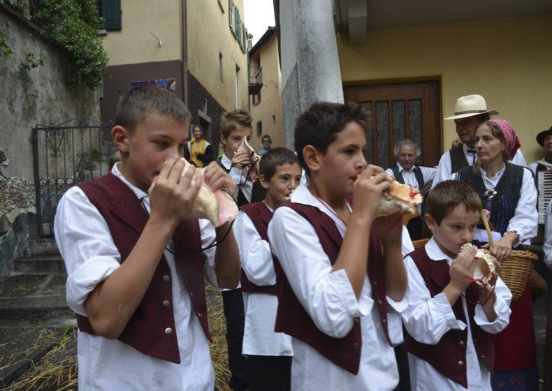 Muschelmusik vor der Kirche