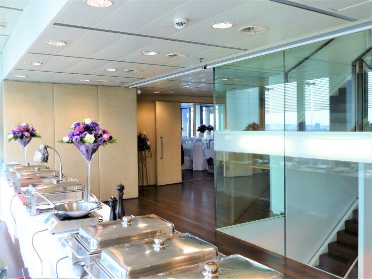 Foyer - Speisenbuffet & Blick in die Sky Hall