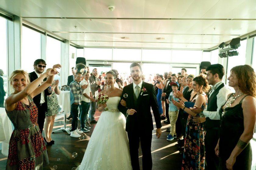 Sky Lobby - Brautpaar nach Trauung