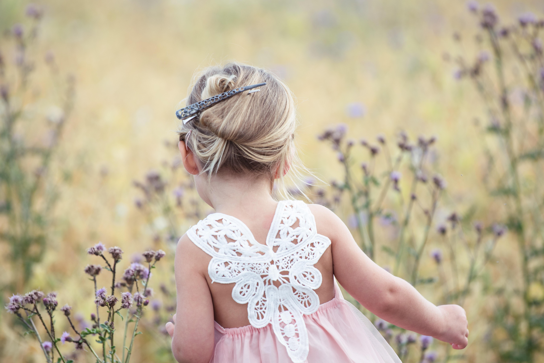 das perfekte blumenmädchenkleid - unsere tipps für die