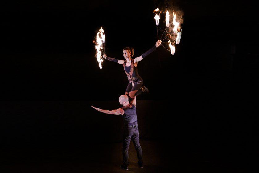 Tanzakrobatik bei der Feuershow