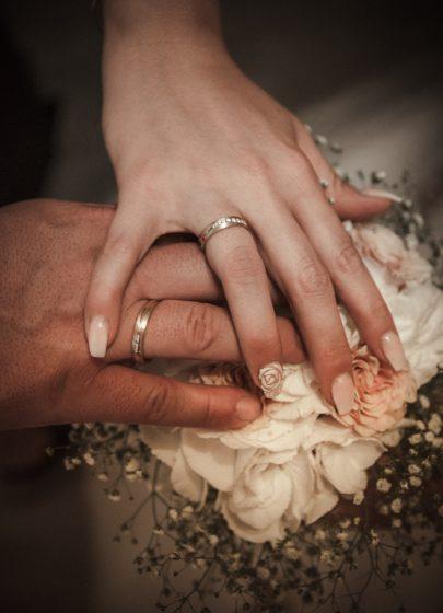 Hände am Brautstrauß