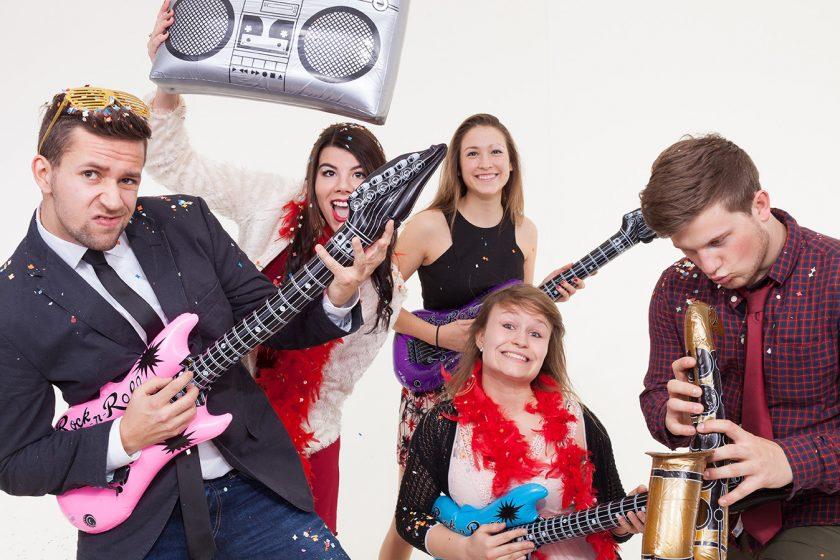 Junge Leute machen Foto vor Photobooth