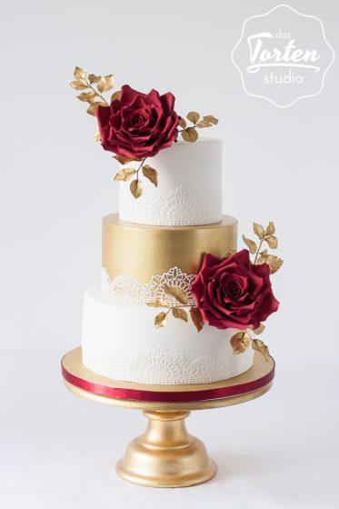 Das_Tortenstudio_Hochzeitstorte_Gold_weiß_Rote_Zuckerrosen_Spitze-6500